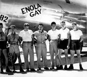Нажмите на изображение для увеличения Название: 800px-B-29_Enola_Gay_w_Crews.jpg Просмотров: 10 Размер:93.0 Кб ID:300390