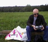 Нажмите на изображение для увеличения Название: Самолет фото 30 мая 2012 Сергей сидит с розовым крылом.jpg Просмотров: 13 Размер:26.9 Кб ID:651707