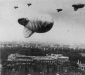 Нажмите на изображение для увеличения Название: 2011-05-09-01_800px-barrage_balloons_over_london_during_world_war_ii.jpg Просмотров: 15 Размер:59.8 Кб ID:898392